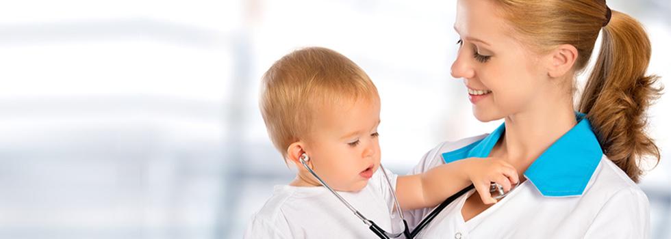 Baby mit Krankenschwester